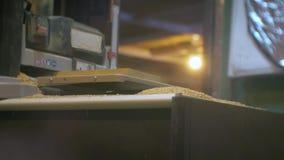 Um homem envia a placa crua a uma máquina do woodworking vídeos de arquivo