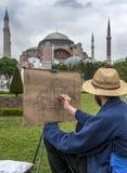 Um homem esboça Aya Sofya magnífica no distrito de Sultanahmet de Istambul em Turquia Fotos de Stock