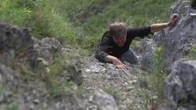 Um homem escala em uma rocha video estoque