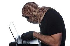 Um homem escondido sob o arafatka e vidros pretos imagens de stock royalty free