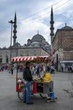 Um homem está ao lado de seu carro móvel da espiga de milho no distrito de Eminonu de Istambul em Turquia Imagem de Stock