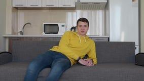 Um homem está descansando no sofá video estoque