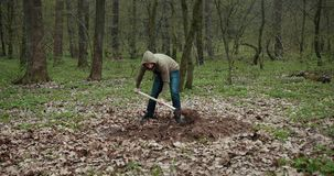 Um homem est? escavando uma sepultura para um c?o inoperante Joga uma p? Pit Earth Sepultura para o c?o Prores, movimento lento video estoque