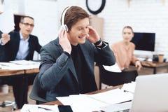 Um homem está escutando a música em fones de ouvido imagem de stock royalty free
