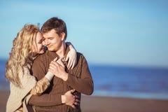 Um homem está guardando uma mão de uma jovem mulher que abraça o Foto de Stock Royalty Free