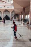 Um homem está limpando na mesquita de Putra em Wilayah Persekutuan Putrajaya, Malásia Fotografia de Stock