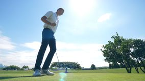 Um homem está marcando ao jogar o golfe vídeos de arquivo