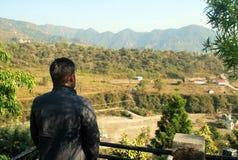 Um homem está olhando montanhas bonitas e a beleza da natureza foto de stock