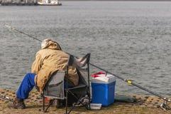 Um homem está pescando perto de um canal holandês imagem de stock royalty free