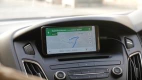 Um homem está procurando sentidos no mapa no telefone, começa ir ao destino pelo carro Telefones celulares, deixados video estoque