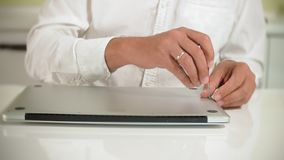 Um homem está reparando um portátil O conceito do reparo do computador Feche acima do cartão-matriz do portátil do reparo do home vídeos de arquivo