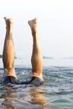 Um homem europeu que mergulha debaixo d'água no valor máximo de concentração no trabalho do Koh, Tra Imagem de Stock Royalty Free