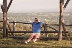 Um homem excesso de peso novo, fora, olhando lateralmente fotografia de stock