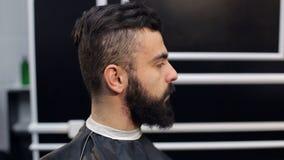 Um homem farpado novo em um cabeleireiro, close-up video estoque