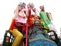 Um homem forte com os três povos nas ruas Foto de Stock Royalty Free