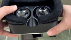 Um homem guarda o capacete da realidade virtual, uma vista de primeira pessoa filme