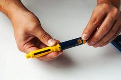 Um homem guarda uma seringa para a injeção subcutâneo de drogas hormonais na fecundação do protocolo de IVF in vitro Imagem de Stock
