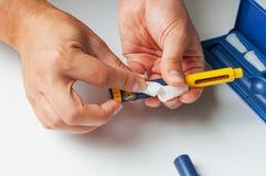 Um homem guarda uma seringa para a injeção subcutâneo de drogas hormonais na fecundação do protocolo de IVF in vitro Fotos de Stock Royalty Free