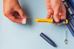 Um homem guarda uma seringa para a injeção subcutâneo de drogas hormonais no IVF Foto de Stock Royalty Free