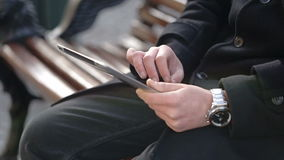 Um homem guarda uma tabuleta video estoque