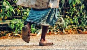 Um homem idoso está andando a calha o parque no amanhecer imagens de stock royalty free