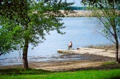 Um homem idoso está pescando nos bancos do Rio Volga fotografia de stock royalty free