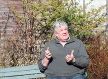 Um homem irritado ou frustrante. imagem de stock