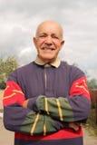 Um homem idoso que sorri no sol fotografia de stock royalty free