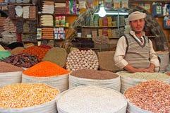 Um homem iemenita no mercado de sal da cidade velha de Sana'a, suq, Iémen, vendedor, especiarias, açafrão, dia a dia Fotografia de Stock