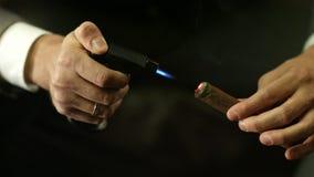 Um homem ilumina um charuto Close-up video estoque