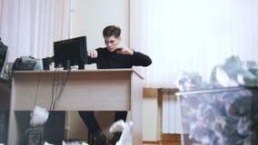 Um homem irritado joga o papel amarrotado da tabela vídeos de arquivo