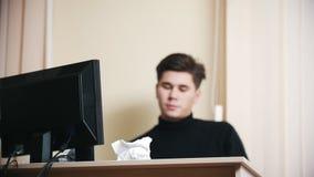 Um homem irritado joga o papel amarrotado longe da tabela Movimento lento filme