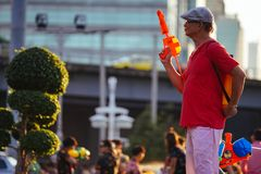 Um homem joga a água durante Songkran fotos de stock