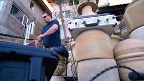 Um homem joga um instrumento musical sob a forma das chapa de vidro filme