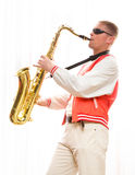 Um homem joga o saxofone Foto de Stock Royalty Free
