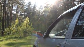 Um homem joga uma garrafa plástica fora de uma janela de carro, poluição da natureza por desperdícios filme