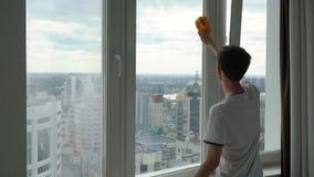 Um homem lava uma janela