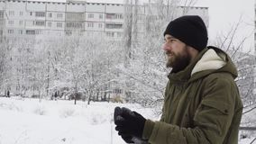 Um homem libera um pombo no inverno no parque filme