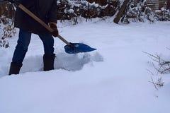 Um homem limpa a trilha da neve fotografia de stock royalty free