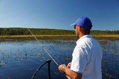 Pesca do homem para o baixo Largemouth Fotografia de Stock Royalty Free