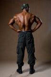 Um homem muscular com um torso despido na vista completa imagens de stock