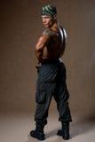 Um homem muscular com um torso despido no crescimento completo fotos de stock