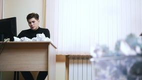Um homem na escrita do escritório algo cercou pelo papel amarrotado video estoque