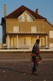 Um homem na frente de uma casa moderna Fotos de Stock
