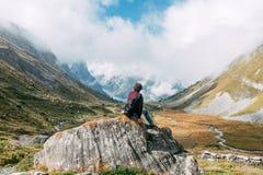 Um homem na frente de uma paisagem montanhosa Imagens de Stock Royalty Free