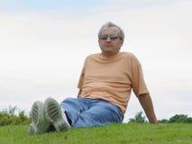Um homem na grama Imagens de Stock Royalty Free