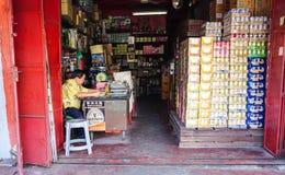Um homem na mercearia em Penang, Malásia Imagens de Stock