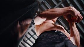Um homem nas ataduras do gym sua mão video estoque