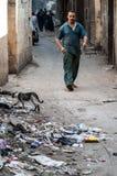 Um homem nas ruas do Cairo Imagem de Stock