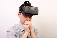 Um homem nauseabundo, tonto, perturbado que veste auriculares da realidade virtual da falha VR de Oculus após uma experiência neg Foto de Stock